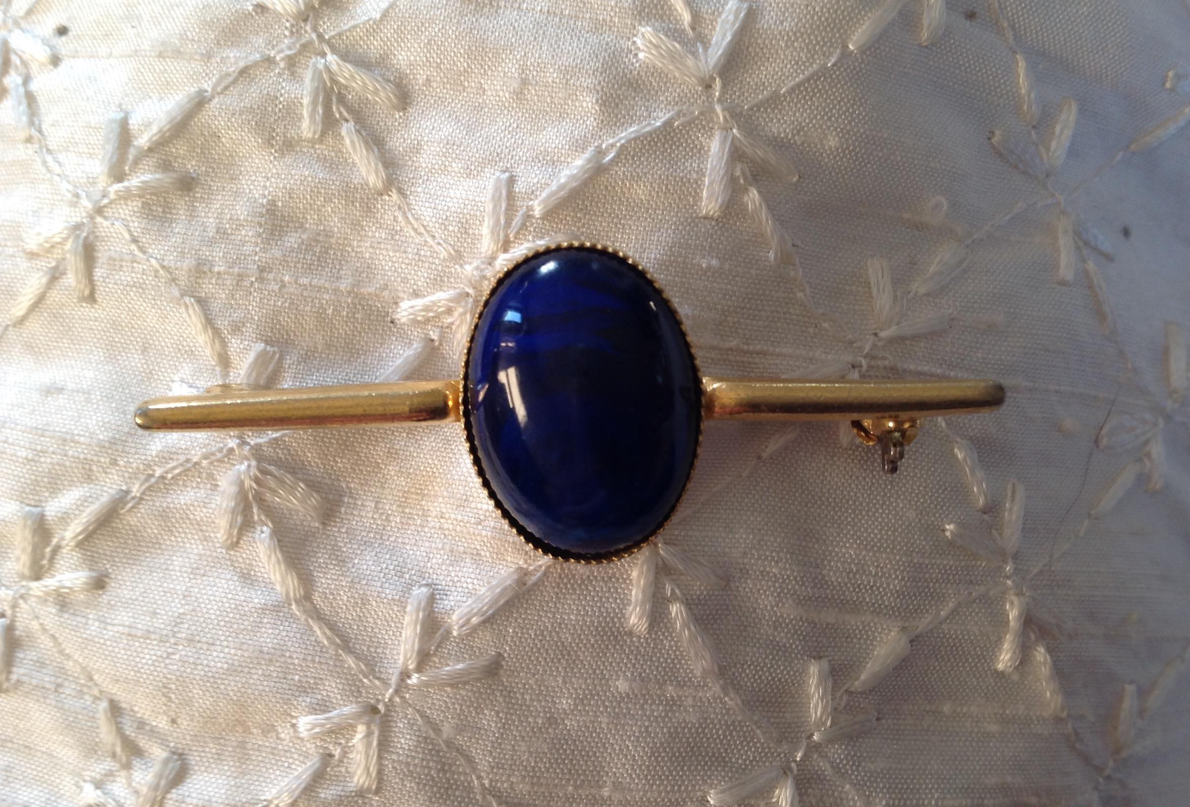 Vintage goldtone large central oval deep blue cabachon stock pin