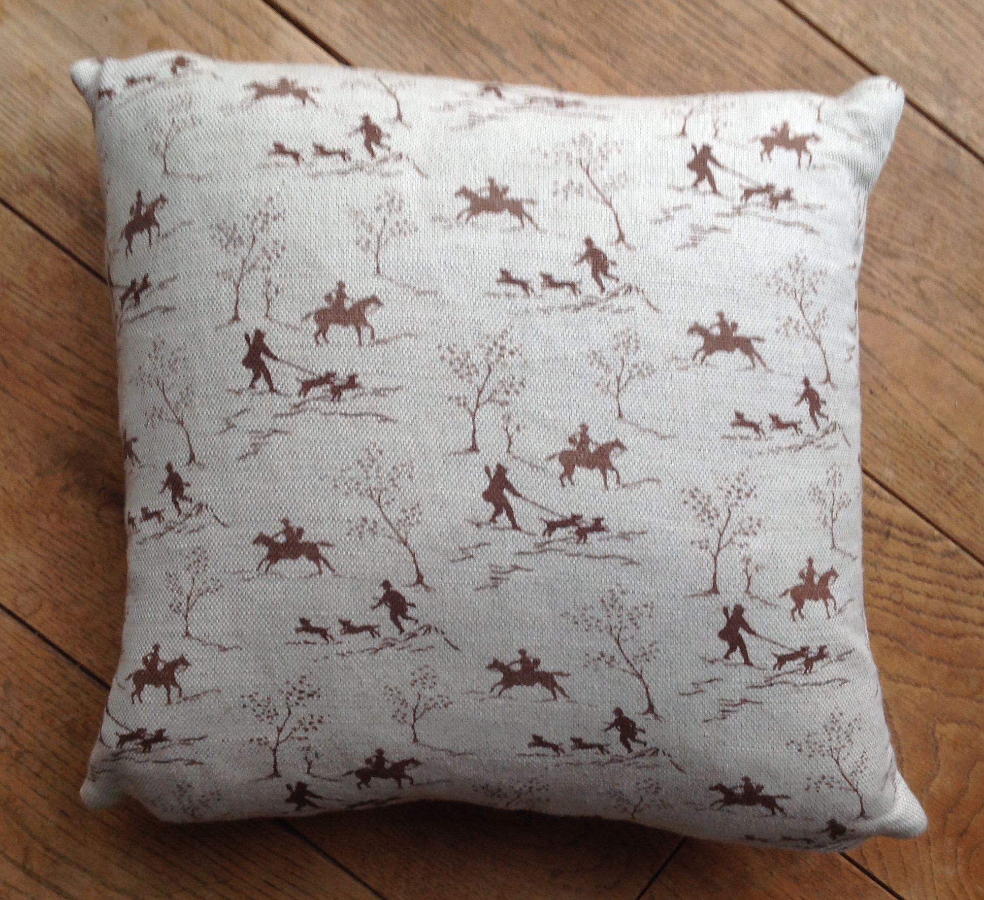 "Cushion cover - 12"" Hunting scene"