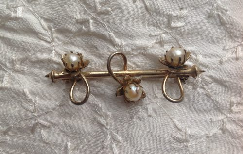 Vintage gold tone and faux pearl flowers stock pin