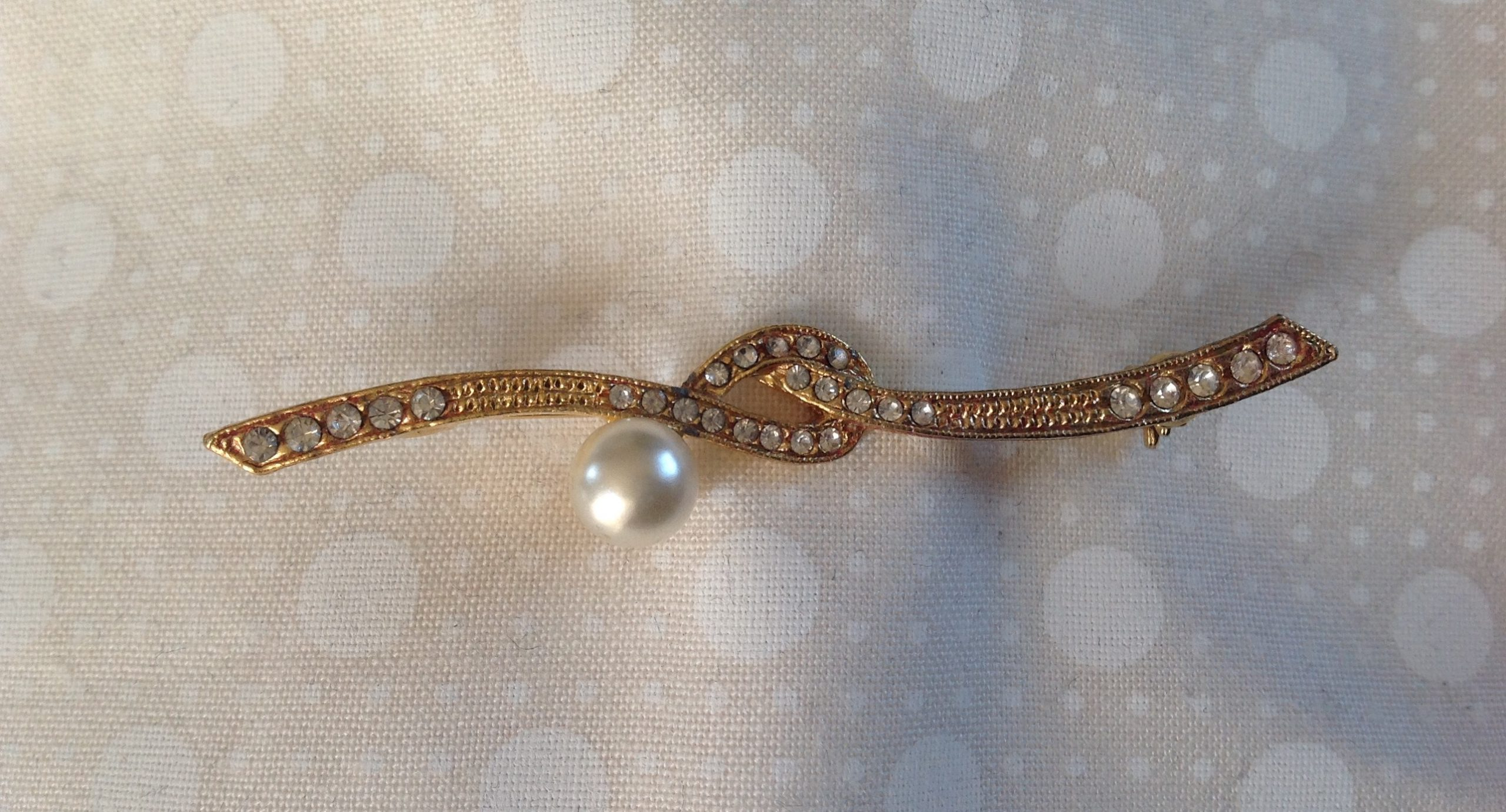 Vintage goldtone faux pearl and diamante knot stock pin